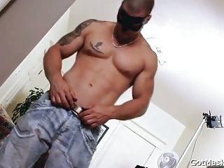 Muscled and tattooed hunk gets sucked